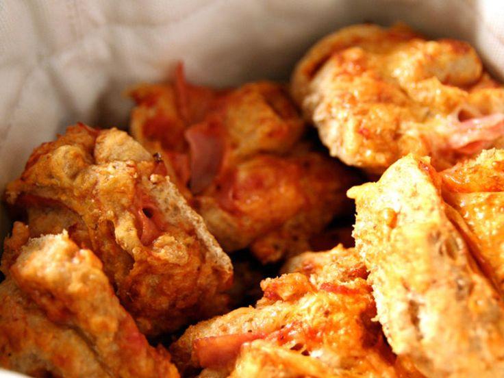 Grove pizzasnurrer er perfekt mat i barnebursdag. Barna elsker de, det er enkelt å lage og i tillegg mye sunnere enn pølse i brød/lompe.Kilde: dinmat