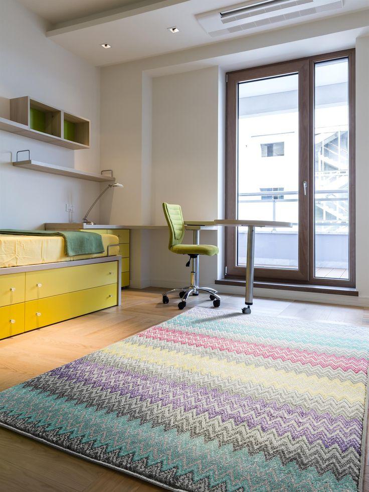 Bunte Zacken: Teppiche im Chevron-Design sind im Jugendzimmer ein echter Hingucker.