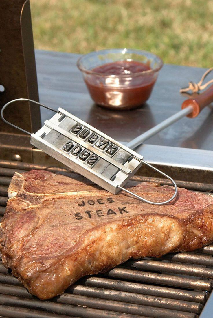 Steel de show op barbecues met vlees waar de naam van de eter opstaat. Met het BBQ brandijzer van Iggi kun jij namelijk een naam of tekst op vlees branden. Plaats de letters in spiegelbeeld in de houder, houdt het brandijzer even in de hitte van de barbecue en druk het op het vlees. Je kunt zo iemand verrassen met een leuke boodschap of een stukje vlees voor jezelf claimen door je naam erop te branden. Je koopt het BBQ brandijzer online bij Ditverzinjeniet.nl.