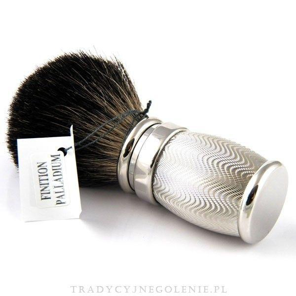 """Przepiękny pędzel z włosia Black Badger, w rozmiarze 12. Mosiężna rączka z przepięknym wzorem """"moiré"""" pokryta grubą warstwą palladu. Pędzel należy do ekskluzywnej linii Joris Plisson, sprzedawany w firmowym pudełeczku."""