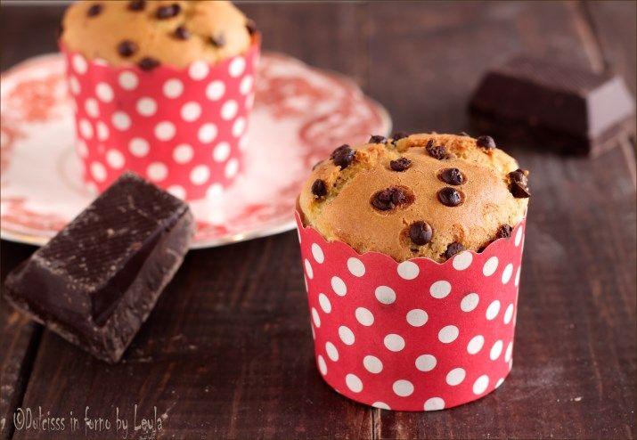 Vi presento i muffin allo yogurt e gocce di cioccolato, una ricetta deliziosa per la colazione e la merenda. Soffici, leggeri e genuini.