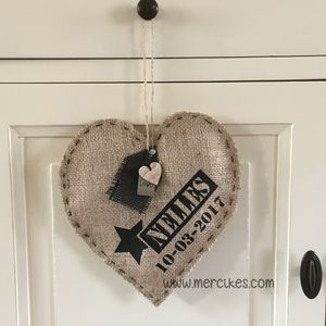 Handgemaakte persoonlijke jute hangers in vorm van een hart.