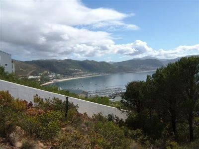 Situated in a secluded cul-de-sac, this 790 m² plot borders a nature reserve. This plot boasts 180º views across the bay.