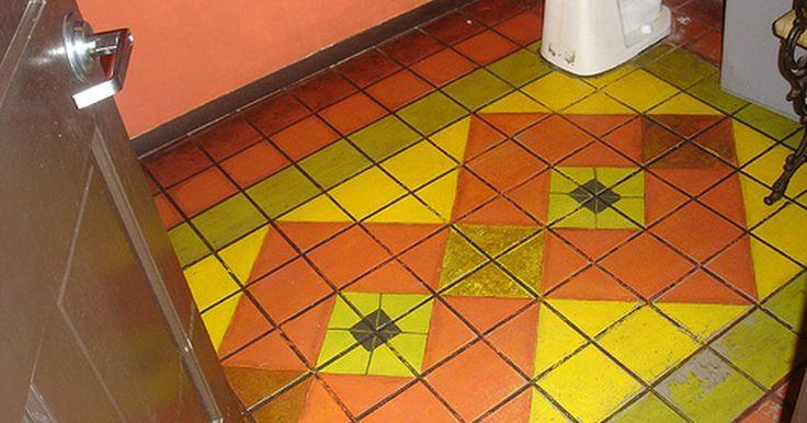 Cómo pintar el piso de un baño. Si estás buscando una actualización rápida y sencilla para tu cuarto de baño existente, podrías considerar pintar el piso. Puedes pintar prácticamente cualquier piso de cuarto de baño (quizás con la excepción de la alfombra), desde azulejos a linóleo para cemento. Esta guía te proporciona los pasos necesarios para pintar el piso del cuarto de baño.
