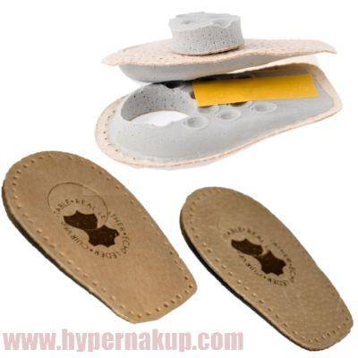 Vložka do obuvi topánok pod pätu je vyrobená z dvoch vrstiev koženej a mäkkej latexovej. Stred podpätenky je odnímateľný čím vzniká priestor pre uloženie prípadných výrastkov na päte tzv. ostorhu. Pre nosenie sa odporúča používať podpätenky v oboch topánkach aby nedošlo k výškovému rozdielu chodidiel a nedochádzalo k zaťaženiu bedrových kĺbov. Podpätenky sú zo spodnej strany vybavené lepiacou plochou.Špecifikácie material: koža, letex rozmery výška 1,5 cm dĺžka 9cm šírka 5,8 cmBalenie…