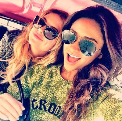 Ashley Benson (Hanna Marin) & Shay Mitchell (Emily Fields) - Pretty Little Liars