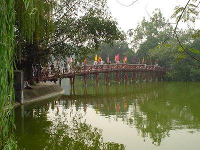 ¿Qué ver y qué hacer en Hanoi? Puntos de interés, monumentos, visitas, fotos, rutas y lugares de Hanoi (Vietnam). Mausoleo de Ho Chi Minh, Pagoda de una sola Columna, Templo de la Literatura, Ciudadela de Hanoi, Lago central de Hanoi y Bahía de Halong. Mercados y compras