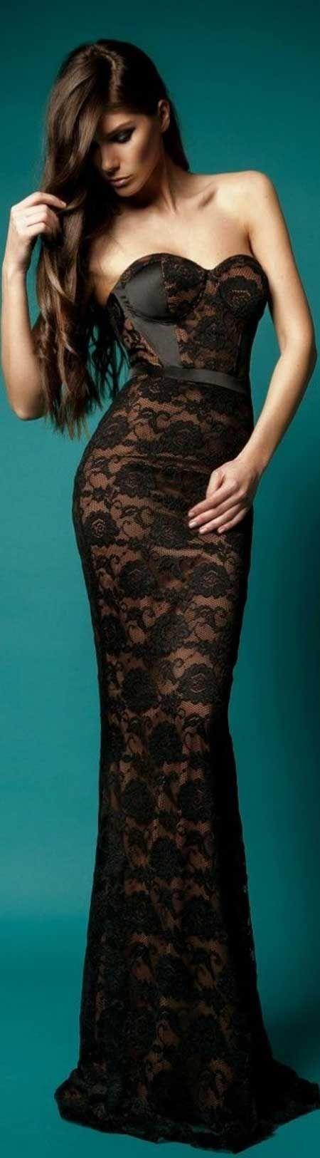 Transparan, siyah dantel bir elbise...