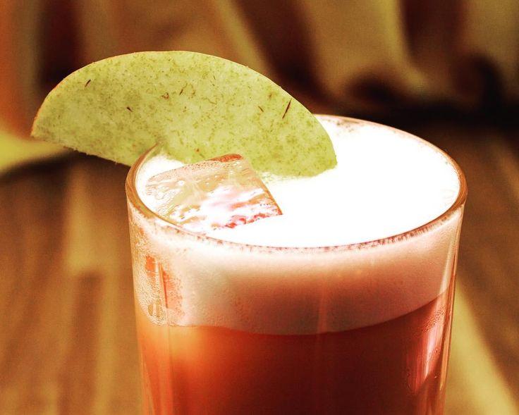 Er ist wieder zurück! Auch wir kommen langsam in Weihnachtsstimmung und mixen euren heiß geliebten Bratapfel Royal.  #christmas #cocktails #dripitlikeitshot #dripbar #hamburg #stpauli #mixology #wearedripster #speakeasy #ringthebell #hhnightlife #bartender