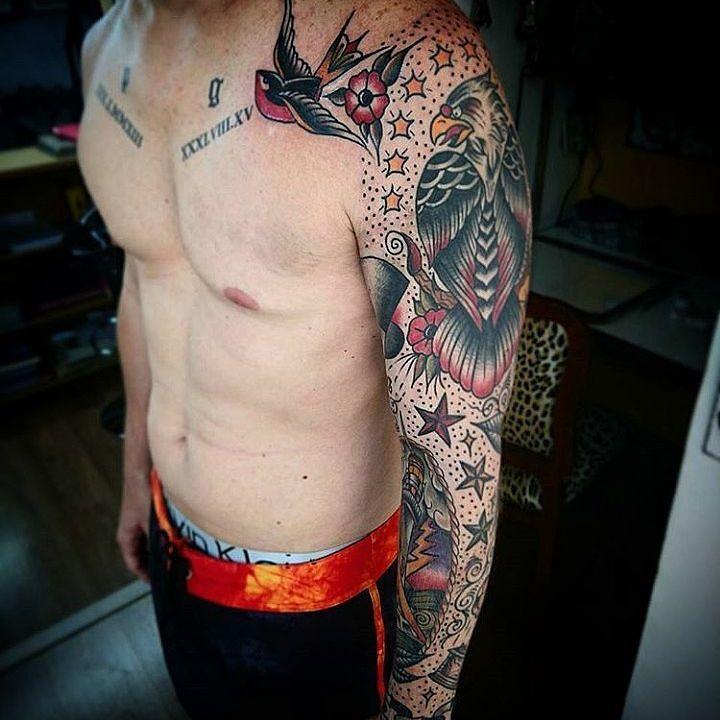 Fechamento de braço feito por Gustavo Silvano no estilo old school. #tatuagem #tattoo #tradicional #oldschool #falcao #andorinha #estrelas #fechamento #braço