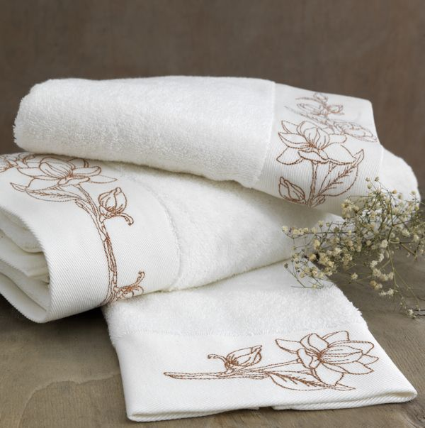 100% bawełna czesana to wysokiej jakości materiał. Przeciwbakteryjna ochrona gwarantuje doskonałą opiekę dla najbardziej wrażliwej skóry. Biały kolor to symbol czystości i niewinności i pasuje do każdej łazienki, bez wyjątku. Ręcznik możesz kupić wraz z ręcznikiem kąpielowym i ręcznikiem bidetowym z tej samej kolekcji.