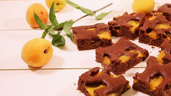 Torta semplice al cacao e albicocche