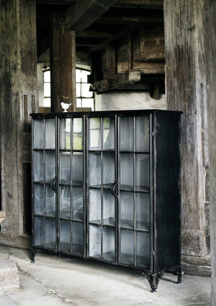 Matala vitriinikaappi. Materiaali rauta. Ovissa lasi. Kaappi on sisältä musta. Mitat: korkeus114cm x leveys 120cm x syvyys 32cm Toimitusaika 1-2vkoa Hinta sis