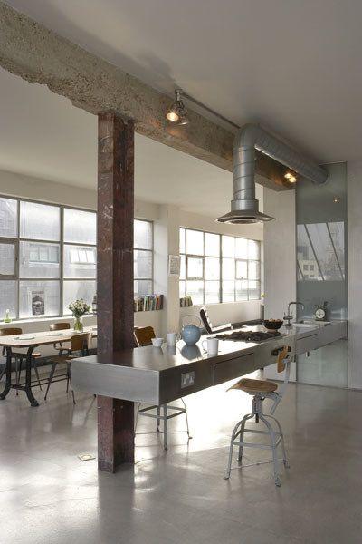 reforma cocina, loft rehabilitado, estilo industrial, barra flotante con fregadero y zona de cocción, suelo microcemento