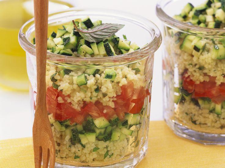 Couscoussalat mit Tomate und Zucchini - im Glas geschichtet perfekt zum Lunch oder als Party-Food | Hier geht`s zum Rezept: http://eatsmarter.de/rezepte/couscoussalat-mit-tomate-und-zucchini