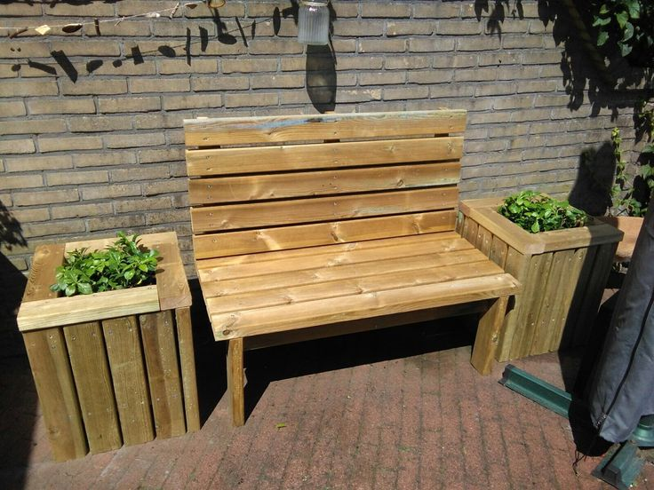 Bank en bloembakken gemaakt van geïmpregneerd hout 4,5x9 samen met Rick