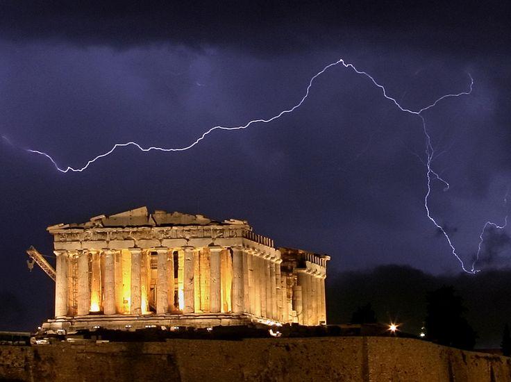 Un éclair monumental Un éclair zèbre le ciel derrière le Parthénon, illuminé, le 9 octobre 2006, à Athènes. (AFP PHOTO / ARIS MESSINIS)