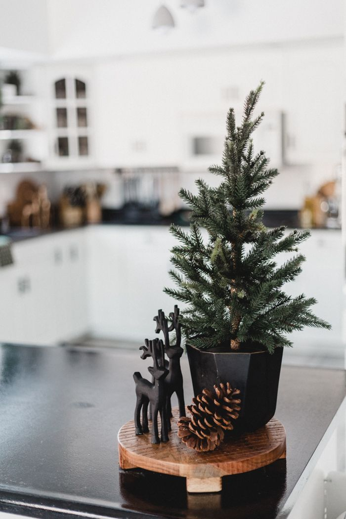 Modern Christmas Decorating Ideas For The Kitchen And Dining Room Love Create Celebrate Simple Christmas Decor Christmas Deco Minimalist Christmas