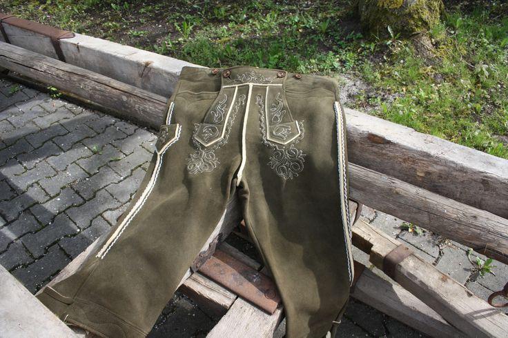 Kniebundlederhose aus jagdgrünem Hirschleder mit schöner weißer Stepperei