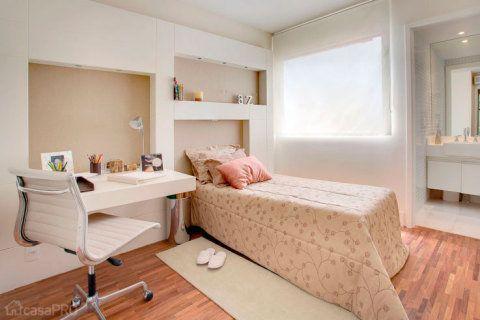 O quarto da jovem de 17 anos recebeu tons sóbrios e uma bancada confortável para desenho - quando o projeto foi feito, a garota se preparava para estudar arquitetura. A parede recebeu revestimento de tecido linho natural. Projeto de Débora Dalanezi e Marcello Sesso.