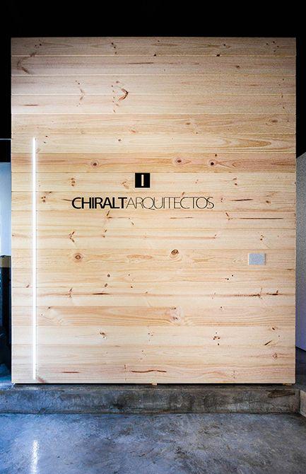 Chiralt Arquitectos I Revestimiento de madera para oficina moderna y minimalista. Proporcionando confort y elegancia.