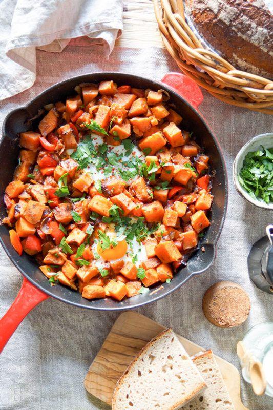 Süßkartoffel-Pfanne mit Ei ist ein gesundes, herzhaftes Wohlfühlgericht für ein gemütliches Sonntags-Frühstück oder einen Brunch. Für eine vegane Version müßt Ihr einfach die Eier weglassen.