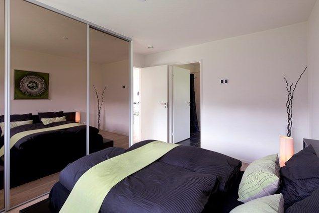 Soveværelse med garderobeløsning.