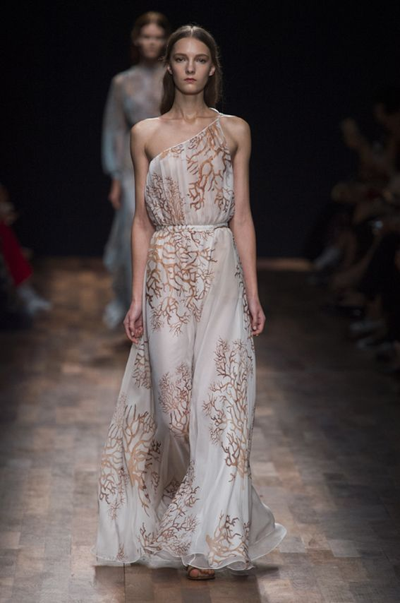 Mode à Paris S/S 2015 VALENTINO. See all fashions how at: http://www.bookmoda.com/?p=40009 #modeaparis #spring #summer #ss #fashionweek #catwalk #fashionshow #womansfashion #woman #fashion #style #look #collection #paris #valentino @valentino