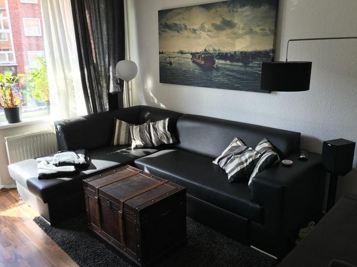 Dieses Wohnzimmer In Der Gemeinsamen Wohnung Ist Sehr Modern Eingerichtet Dunkle Farbtne Stehen Im Kontrast Zur Weissen Wand Besonders Schn Die Alte