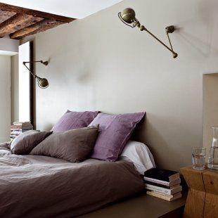 Chambre de parents épurée, linge de lit aux couleurs douces, poutres au plafond