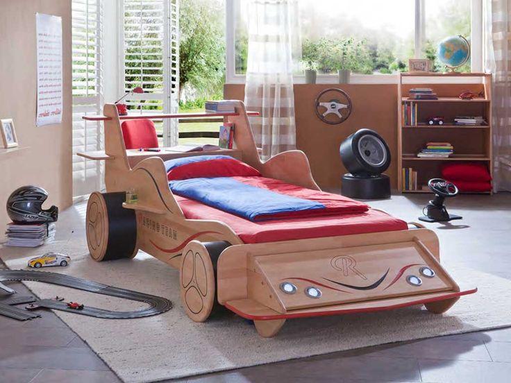 Łóżka z kolekcji Wendy powstały z myślą stworzenia w pokoju dziecka doskonałego miejsca od zabawy i rozwoju. Prezentowane łóżko piętrowe w kształcie samochodu będzie doskonałym elementem wyposażenia pokoju małego fana Formuły 1 Wykonane zostało w całości z drewna bukowego zabezpieczonego naturalnym olejowanym.