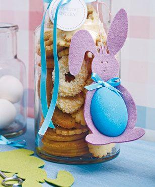 Fröhliche Osterdeko: Aus buntem Filz und einem bemalten Osterei können Sie süße Osterhasen basteln. Hier finden Sie die Vorlage für die Hasen zum Herunterladen.
