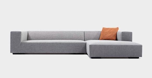 Strakke, moderne zetel van het Belgische KOOZO. Ook verkrijgbaar in andere kleuren en formaten. #interieur #salon #woonkamer