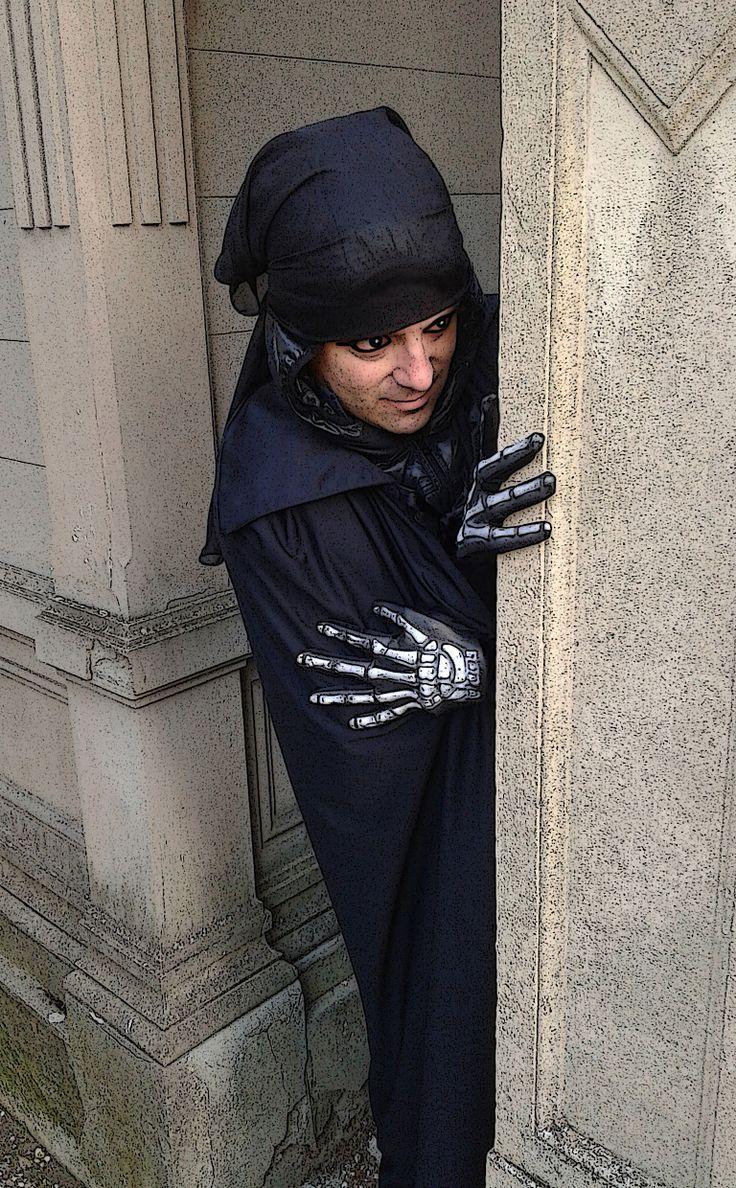 """Voy Nonsperathe, il divo oscuro di """"Libri Stellari"""", paparazzato tra le cappelle...  https://www.facebook.com/groups/libristellari"""