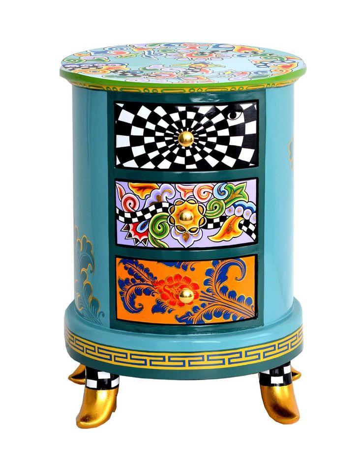 Diese tolle, bunte Kommode in runder Form gehört zur Classic Collection der Toms Drag Art. Sie lässt sich auch wunderbar als Nachttisch verwenden und bringt Farbe und Drag Style ins Haus.