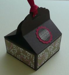 Schnell und einfach lässt sich eine Verpackung für eine kleine quadratische Rittersport-Schokolade herstellen. Die Anleitung gibts gleich gratis dazu.