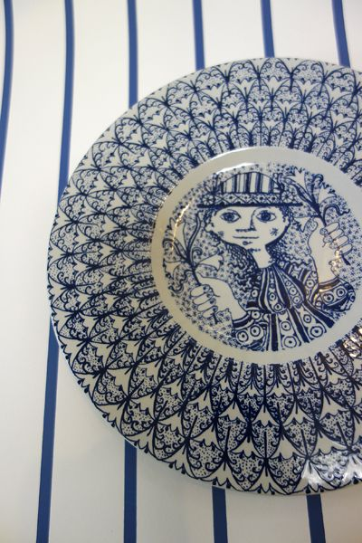デンマーク 北欧雑貨 ビョルン・ウィンブラッド ブルーの皿 洋服や帽子の柄がレトロでサイケ Bjorn 1950年代デザイン 6,200yen 「有限会社わ / Wa LIV Shop」