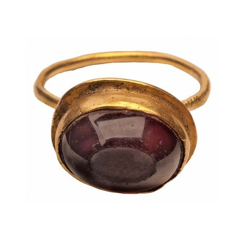 Byzantine gold and garnet ring, early 6th century CE.