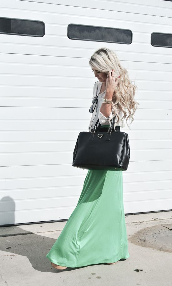 Perfect mint green skirt paired with an adorable shirt, purse, and jewelry! Oh and love the blonde ;)