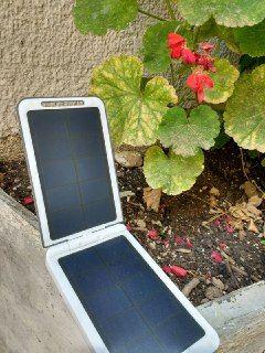 Ti è mai capitato di rimanere a secco di batteria nel giorno, proprio nel momento in cui ti serviva? Il caricabatterie solare lo porti sempre con te e non devi neppure ricaricarlo, usa solo energia che ti piove dal cielo!