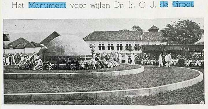 Peresmian monumen Dr. Ir.  C.J. de Groot di Tjitaroemplein Bandoeng, tgl 27 Januari 1928