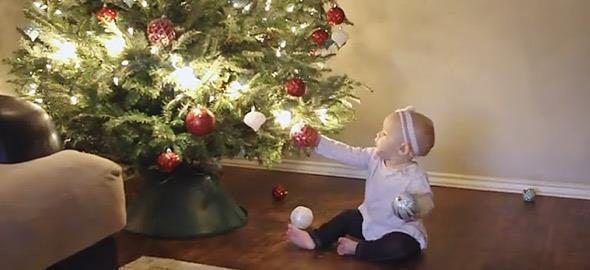 Πώς είναι τα Χριστούγεννα όταν έχεις μωρό σε ένα βίντεο βγαλμένο απ' τη ζωή  #Viral