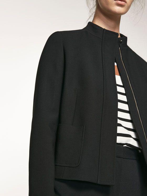Plumas de mujer elegantes de Massimo Dutti. Encuentre en la colección SS 17 chalecos de plumas, plumíferos cortos y largos y abrigos guateados.