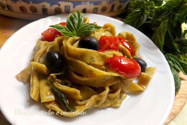 Ed ecco come le ho condite Fettuccine al Basilico con olive e pomodori!! Un piatto molto gustoso e saporito e semplice da fare.