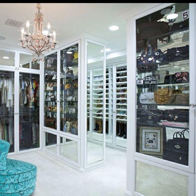 Здесь мы видим стеклянные шкафы-витрины, зеркало тоже будет создавать легкость!
