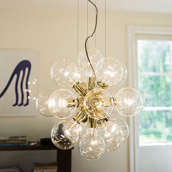 MODERNE LYSEKRONE LUX 494 BRASS Det er en limited edition laget av en kjent designer Thomas Larsson. Lampen har 18 små lamper som har 25 Watt.  Lysene gir lys til alle sider og rommet ser veldig lyst ut. Det passer til all slags design. Det er lett å montere lampen  og det tar ikke lang tid heller. La rommet ditt lyse med Gloden Flower lampen.