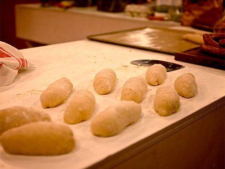 Hamburgerbröd eller korvbröd på surdeg | Recept.nu