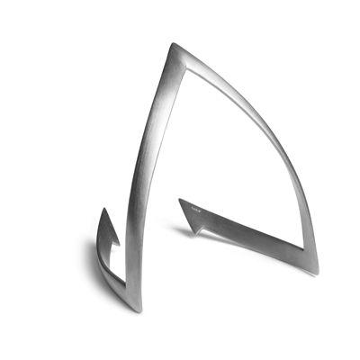 V-armbånd med skarpe linjer som danner et V, i mat sterling sølv. Armbåndet er på en og samme tid edgy og elegant i udtrykket. Armbåndet kan fås i de to størrelser: S-M og M-L