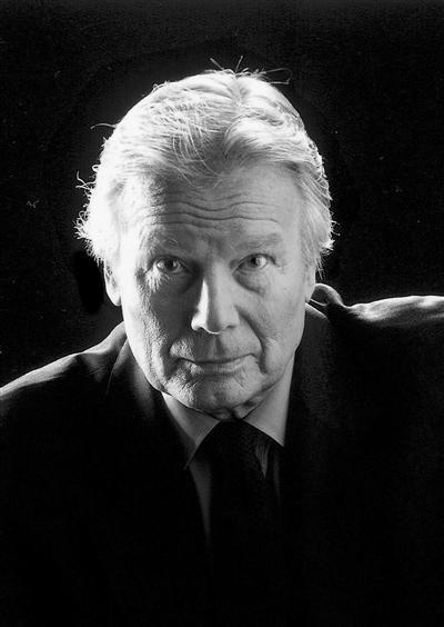 Jean Piat, né le 23 septembre 1924 à Lannoy dans le Nord, est un acteur et écrivain français, sociétaire honoraire de la Comédie-Française, notamment connu pour son interprétation de Robert d'Artois dans l'adaptation des Rois maudits de Maurice Druon. Il possède également une voix puissante et gutturale que l'on reconnaît immédiatement.