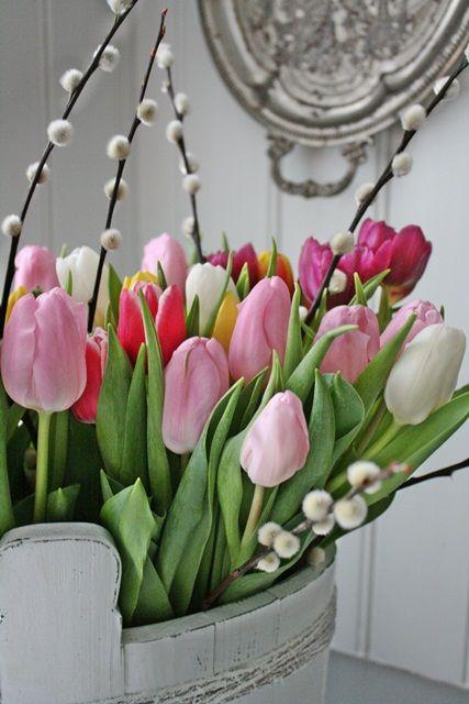Tulpen en katjes voorjaarsboeket - Tulips and pussu willow 'catkin' spring bouquet by VIBEKE DESIGN #lente